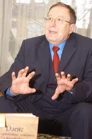 Pál József vörös nyakkendővel